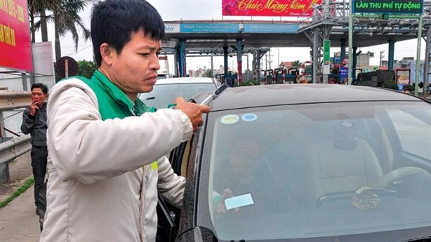 Dán thẻ thu phí không dừng cho 2,8 triệu ôtô