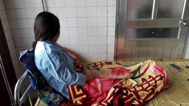 Bắt cô giáo mang thai quỳ xin lỗi trò: Tiết lộ sốc