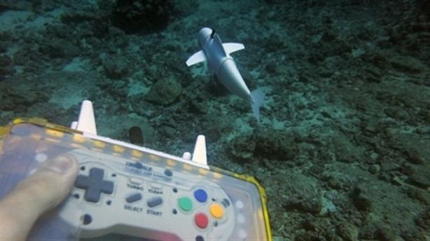 Cá robot bơi như cá thật dưới đáy đại dương