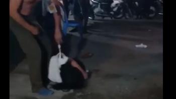 Chồng đánh đập, buộc dây vào cổ kéo lê vợ trên đường