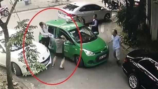 Đỗ xe ngang ngược còn đánh tài xế: Taxi còi inh ỏi