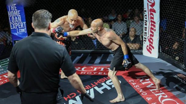 Võ sĩ hạ knock-out đối thủ sau cú đấm đơ người