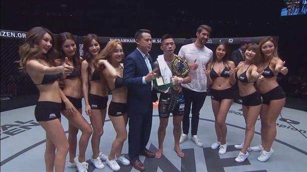 Martin Nguyễn bảo vệ đai vô địch rồi nghẹn ngào xin lỗi