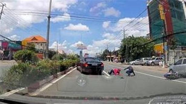 Tài xế Mercedes bẻ lái cứu 2 người: Xe, xế xịn