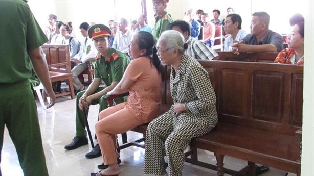 Con rể bị án tử, mẹ vợ quỳ gối xin giảm án