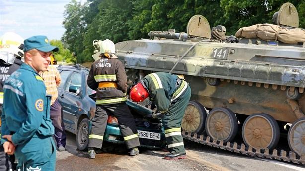 Clip: Thiết giáp BMP-1 đè bẹp ô tô Volkswagen