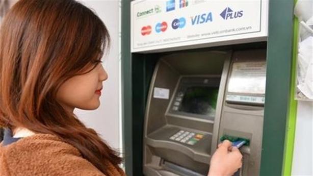 Tăng phí rút tiền ATM nội mạng: Ngân hàng lợi hai lần