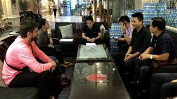 Trả lại tiền âm phủ cho khách Tây: Khách kể diễn biến