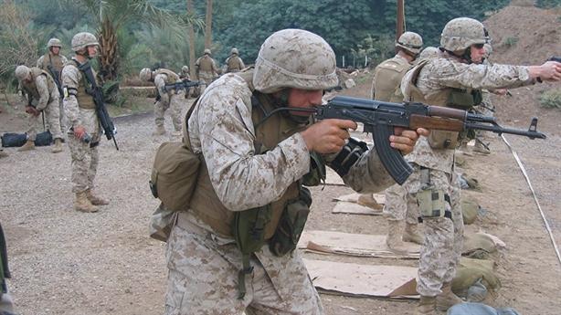 Màn so găng giữa AK-47 với súng Mỹ
