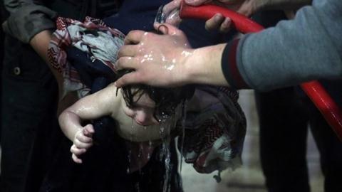 Trừng phạt Syria, Mỹ tẩy rửa White Helmets bằng...hóa chất?