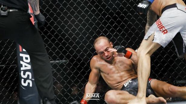 Cựu vương UFC bị gạ gục bằng mưa đòn