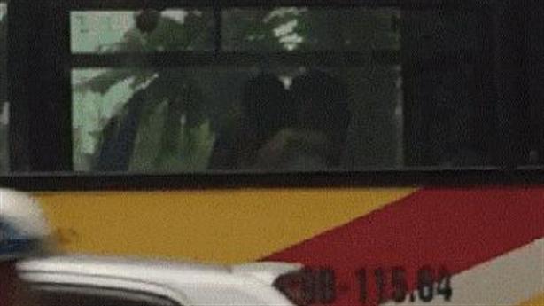 Hôn ngực bạn gái trên xe bus: Xấu nhưng không cấm được!