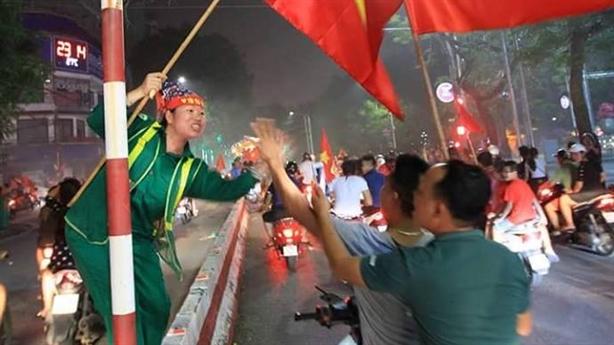 Mừng Việt Nam thắng Syria: Thú cưng mặc áo, hotgirl bớt đồ