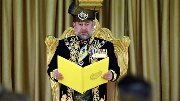 Vua Malaysia hủy lễ sinh nhật dồn tiền trả nợ công