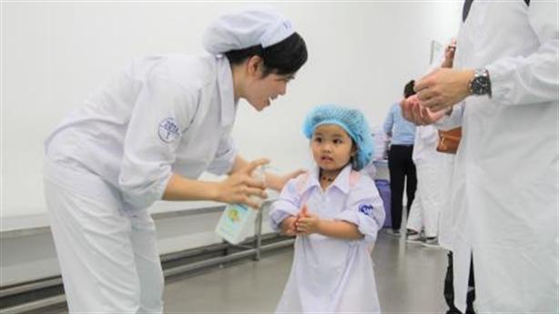 Trẻ em thích thú khi thăm quan nhà máy sữa Vinamilk