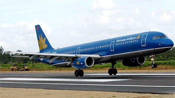 Máy bay Vietnam Airlines bị rách lốp sau khi hạ cánh