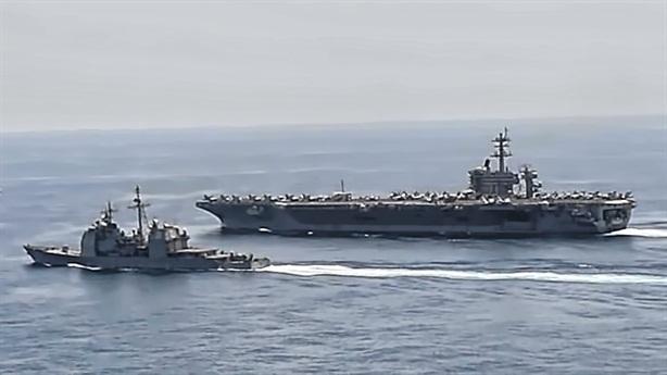 Tàu cao tốc Iran đuổi tàu sân bay Mỹ tại eo Hormuz