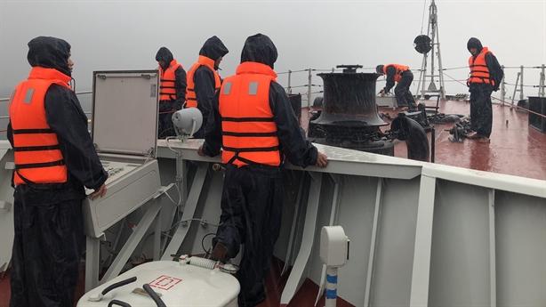 Tàu 015-Trần Hưng Đạo đương đầu với siêu bão tại Nhật Bản