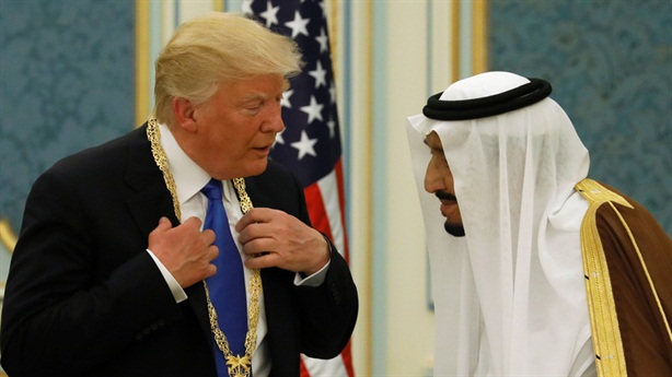 Tổng thống Trump dọa Vua Saudi không trụ được 2 tuần?