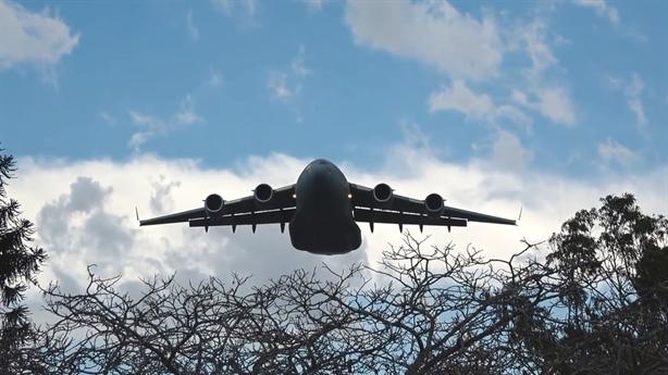 Màn 'đánh võng' qua những ngôi nhà cao tầng của C-17