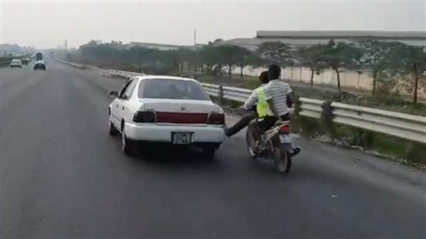 Tin mới thanh niên dùng chân không đẩy ôtô trên cao tốc