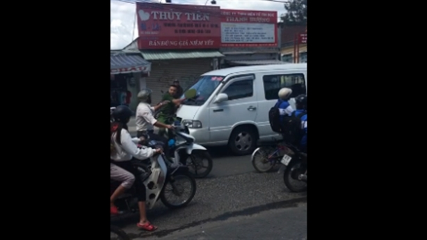 Cảnh sát chặn xe vi phạm: Tài xế nhấn ga đâm thẳng