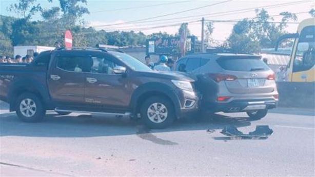 Hai nhóm đi ôtô rút súng hỗn chiến