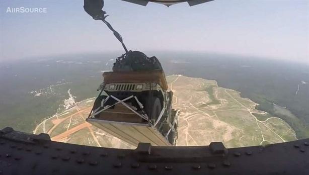 Xe Humvee mắc ngọn cây khi C-17 thả nhầm chỗ
