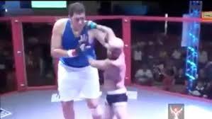 Trận đấu giữa võ sĩ 'khổng lồ' với 'tí hon'