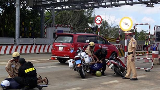 Thanh niên đâm xe vào cơ động: Đang chở một cô gái
