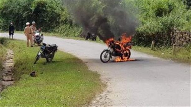 Châm lửa đốt xe trước mặt CSGT: Uống 10 chén rượu