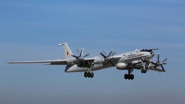 NATO tập trận, máy bay ném bom Tu-142 bay sát đầu