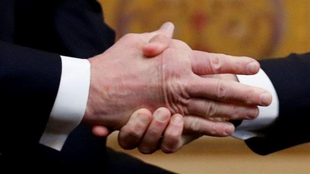 Cái bắt tay hờ hững Trump-Macron sau đề xuất quân đội EU