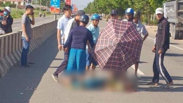 Cảm động dân dùng ô che nắng cho thi thể dân quân