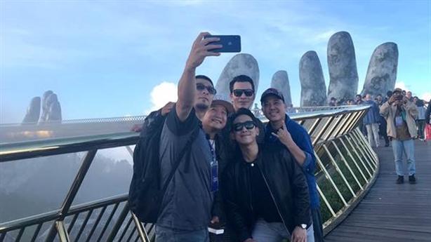 Fan bắt gặp dàn sao Việt check-in Cầu Vàng Bà Nà Hills