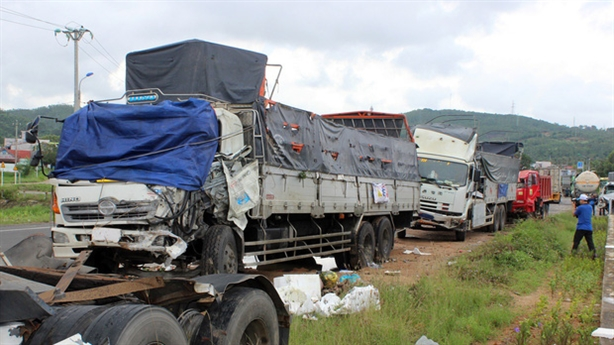 Quốc lộ chằng chịt ổ gà, tai nạn liên tiếp: Tại mưa!