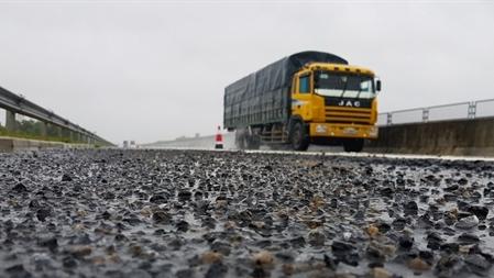 Đường 34.500 tỷ nhiều ổ gà sau mưa: Chỉ thẳng chất lượng?
