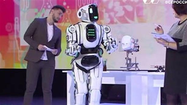 Robot Boris bị lộ tẩy: Người đóng thế bên trong