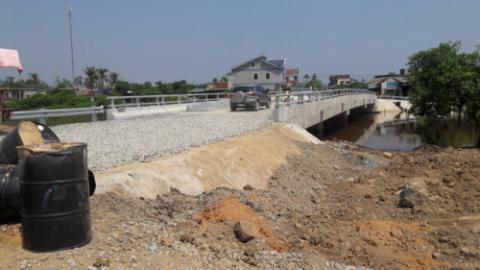 Cầu 17 tỷ vừa thông xe đã nứt: Mắc lỗi sơ đẳng?