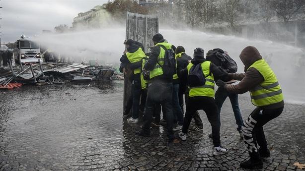 Áo vàng trở thành thực thể chính trị: Ông Macron gặp nguy