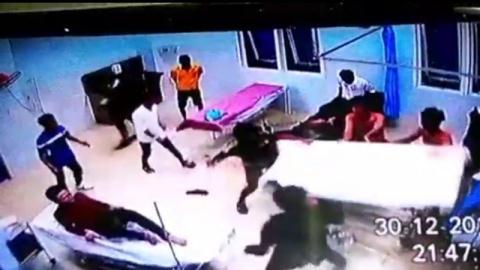 20 thanh niên xông vào trụ sở công an đập phá
