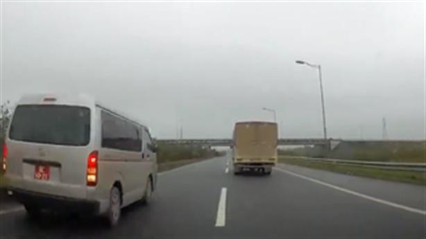 Tin mới vụ xe biển đỏ đi lùi trên cao tốc