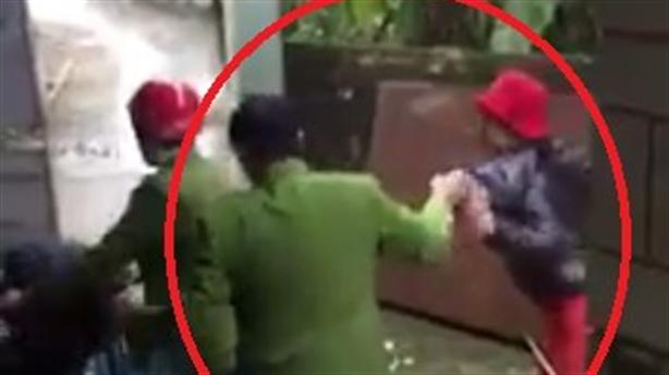 Tố công an túm cổ áo người phụ nữ: 'Không có gì'