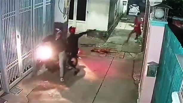 Cẩu tặc bắn chó, dọa bắn chủ nhà: Dọa rồi chạy luôn
