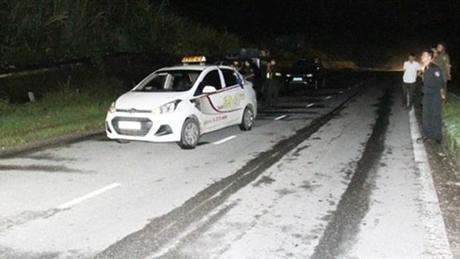 Hai người nước ngoài đánh gục tài xế, cướp xe taxi