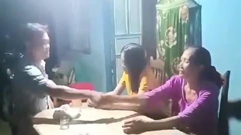 Quý ông tát phụ nữ chở con nhỏ: Phút đối mặt