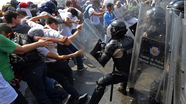 Mỹ bóp nghẹt nền kinh tế Venezuela rồi đóng vai tử tế