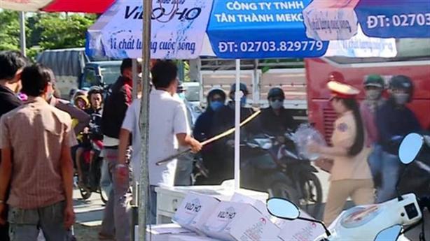 Nữ CSGT bị chủ nhà cầm gậy xua đuổi: 'Buồn lắm'
