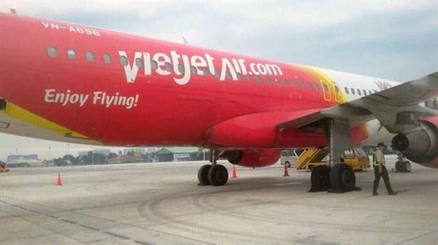Sự cố máy bay bục lốp: Tại máy bay hay sân bay?