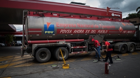 Mỹ vất vả trừng phạt Venezuela, Nga ung dung hưởng lợi